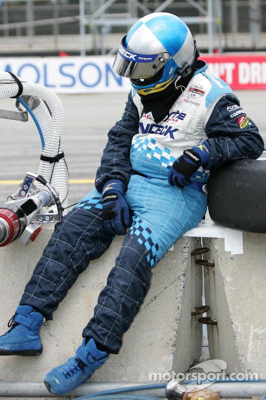 Un membre de l'équipe Forsythe Racing attend le prochain arrêt au stand