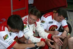 Sébastien Bourdais discusses with his engineers