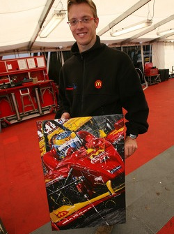 Sébastien Bourdais receives a painting from Art Rotondo
