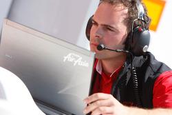 Инженер Air Asia за работой