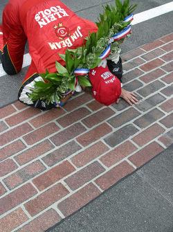 Dan Wheldon kisses the bricks in celebration