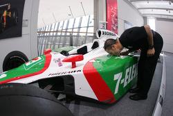 Tony Kanaan gives a kiss to his championship car