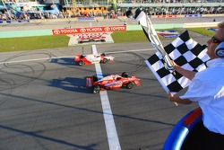 Dan Wheldon takes the checkered flag inches ahead of Helio Castroneves