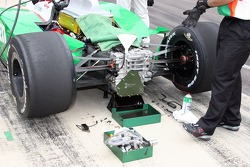 Gear box work on Tony Kanaan's #11