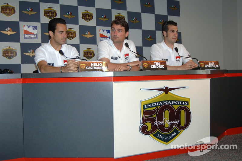Le pilote de Marlboro Team Penske, Helio Castroneves, le président de Penske Racing Tim Cindric, le pilote Marlboro Team Penske Racing Sam Hornish Jr.