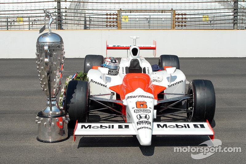 La voiture gagnante des Indy 500 en 2006 avec le trophée Borg Warner