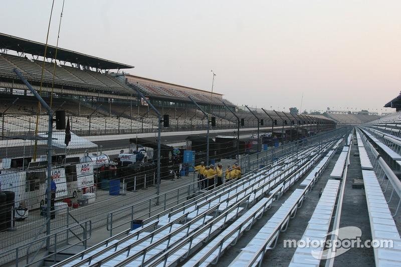 Les stands sont vides le matin de la course