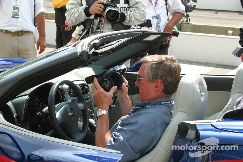 Johnny Rutherford prépare à conduire Sam Hornish pour son tour d'honneur