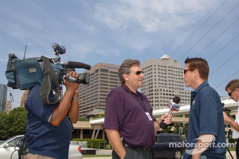 Jeff Bucknum est interviewé