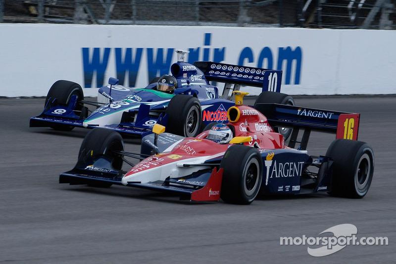 Danica Patrick et Dan Wheldon se battent, comme ils l'ont fait à Indy l'année dernière