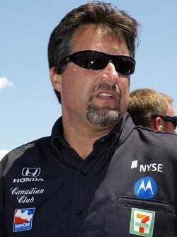Michael Andretti talks with the crew