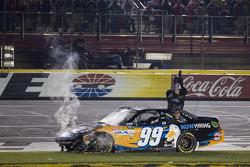 Sieger Carl Edwards, Roush Fenway Racing, Ford, feiert mit Backflip
