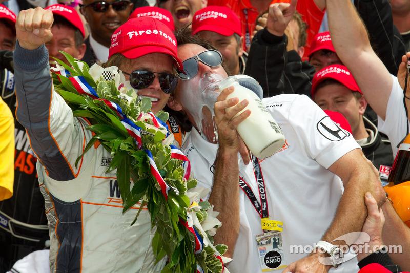 Victory circle: race winner Dan Wheldon, Bryan Herta Autosport with Curb / Agajanian celebrates with