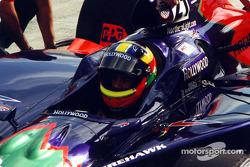 Felipe Giaffone attend ses mécaniciens pour faire des changements