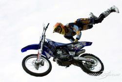 Acrobaties motocross avec Pepsi
