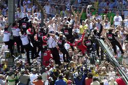 Castroneves y todo el equipo suben a la valla