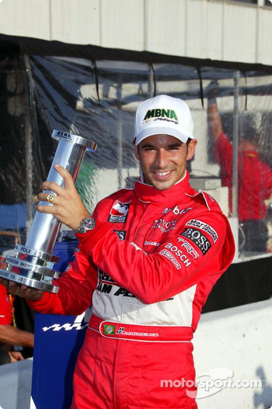 Le poleman Helio Castroneves pose avec le MBNA pole award