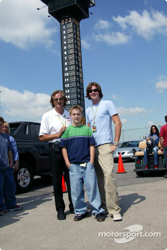 Arie Luyendyk et Arie Luyendyk Jr avec un jeune fan