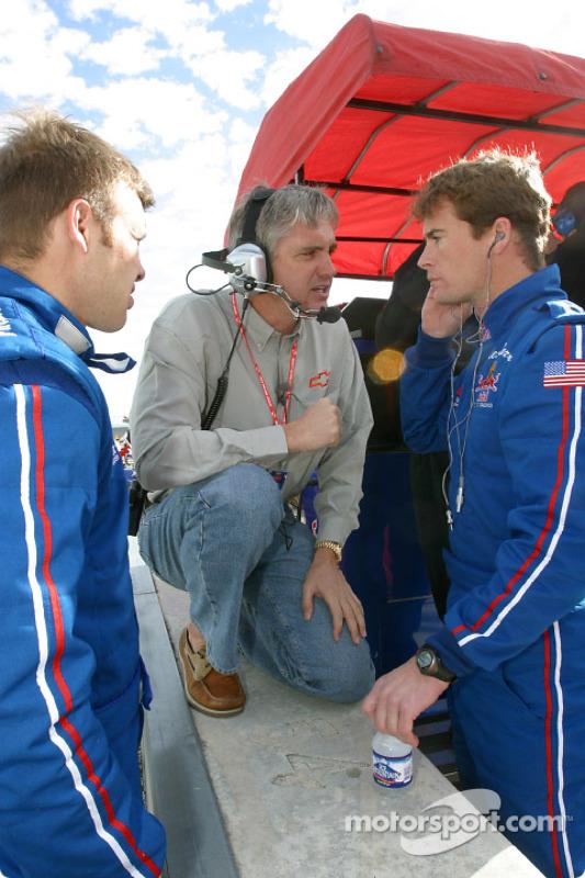 Eddie Cheever discute avec Ed Carpenter et Alex Barron
