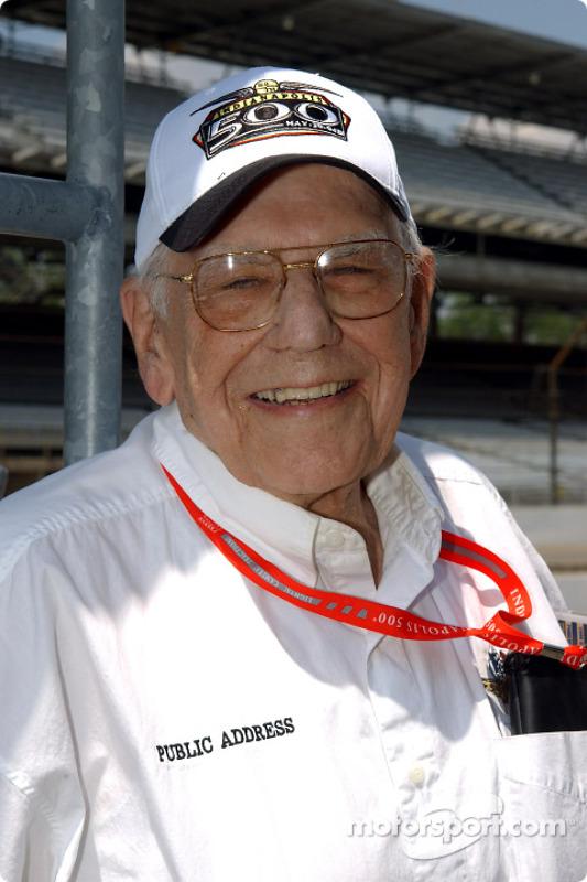 Le speaker de l'Indianapolis Motor Speedway, Tom Carnegie