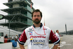 Un membre de l'équipe Rahal-Letterman Racing