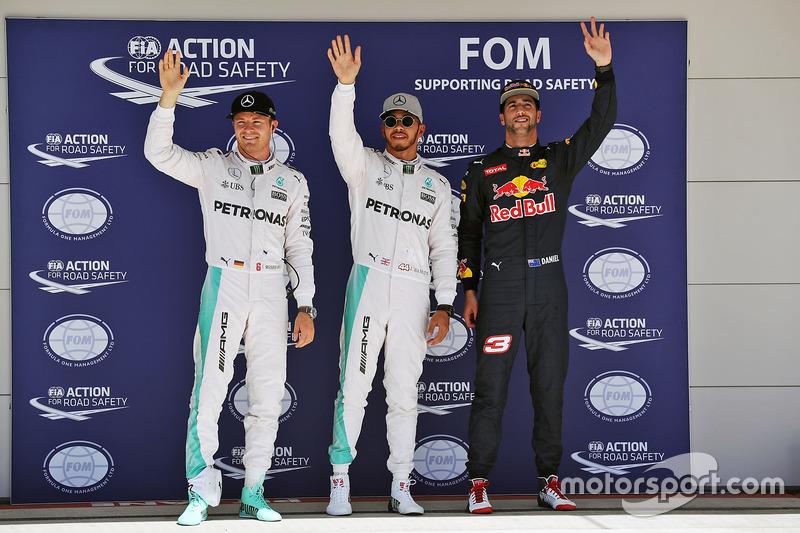 Los tres pirmeros califiados en parc ferme: Nico Rosberg, Mercedes AMG F1, segundo puesto; Lewis Hamilton, Mercedes AMG F1, pole position; Daniel Ricciardo, Red Bull Racing, tercero