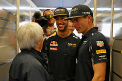 Bernie Ecclestone habla con Max Verstappen, Red Bull Racing, Daniel Ricciardo, Red Bull Racing