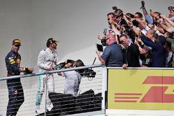 Подіум (зліва направо): Даніель Ріккардо, Red Bull Racing святкує своє третє місце із переможцем гонки Льюїсом Хемілтоном, Mercedes AMG F1
