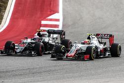 Esteban Gutierrez, Haas F1 Team VF-16 and Jenson Button, McLaren MP4-31 battle for position