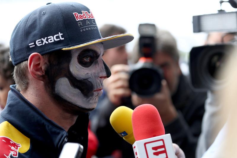 Max Verstappen, Red Bull Racing en el paddock con los medios pintado como catrín del Dia de Muertos