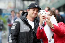 Nico Rosberg, Mercedes AMG F1 con un fan