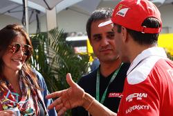 Juan Pablo Montoya, con su esposa Connie Montoya, y Marc Gene, Ferrari piloto de prueba