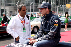 Max Verstappen, Red Bull Racing talks with Juan Pablo Montoya