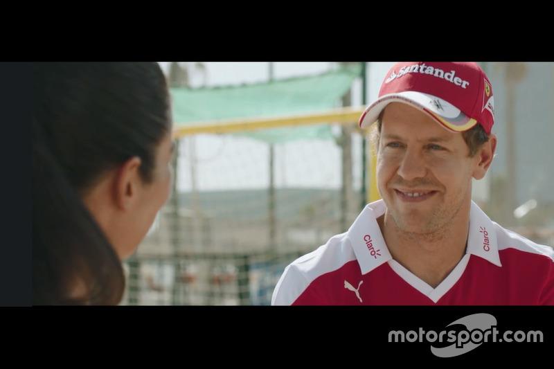 Vettel antes del partido de voley playa