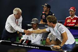 Charlie Whiting, FIA-Rennleiter, reicht Nico Rosberg, Mercedes AMG F1, die Hand