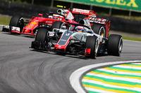 Romain Grosjean, Haas F1 Team VF-16 et Kimi Raikkonen, Ferrari SF16-H avec le Halo