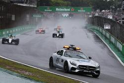 Lewis Hamilton, Mercedes AMG F1 W07 Hybrid leidt achter de FIA Safety Car
