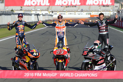 Три чемпиона сезона-2016: чемпион MotoGPМарк Маркес, Repsol Honda Team, чемпион Moto2 Жоан Зарко, Ajo Motorsport, и чемпион Moto3 Брэд Биндер, Red Bull KTM Ajo