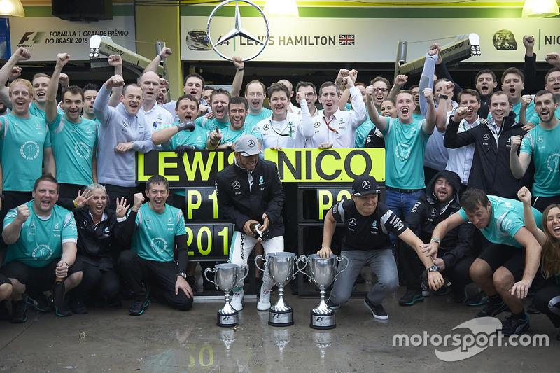 Ganador, Lewis Hamilton, Mercedes AMG F1 y Nico Rosberg, Mercedes AMG F1 celebran