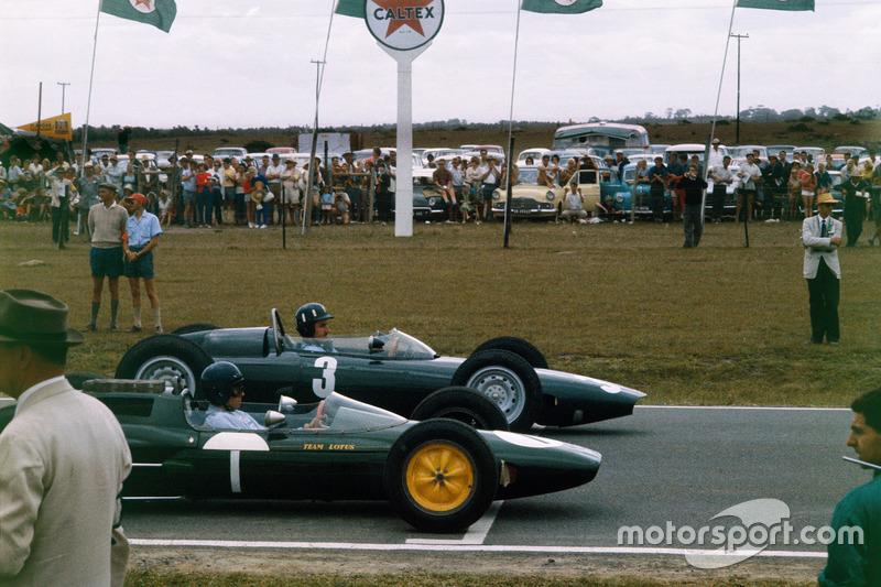 Graham Hill, BRM P57 y Jim Clark, Lotus 25 Climax