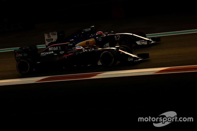 Fernando Alonso, McLaren-Honda, y Felipe Nasr, Sauber C35