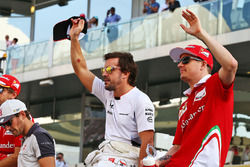 Fernando Alonso, McLaren et Kimi Raikkonen, Ferrari lors de la parade des pilotes