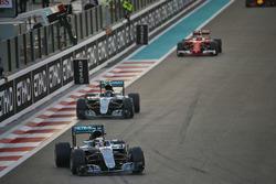 Lewis Hamilton, Mercedes AMG F1 W07 Hybrid devant son équipier Nico Rosberg, Mercedes AMG F1 W07 Hybrid