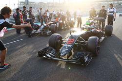 Jenson Button, McLaren MP4-31, sur la grille de départ