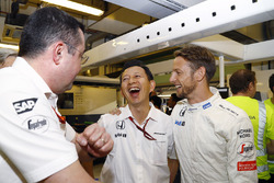 Eric Boullier, Director de carreras de F1 de McLaren, Yusuke Hasegawa, Honda oficial de gestión y Jenson Button, McLaren F1 celebrar su retiro