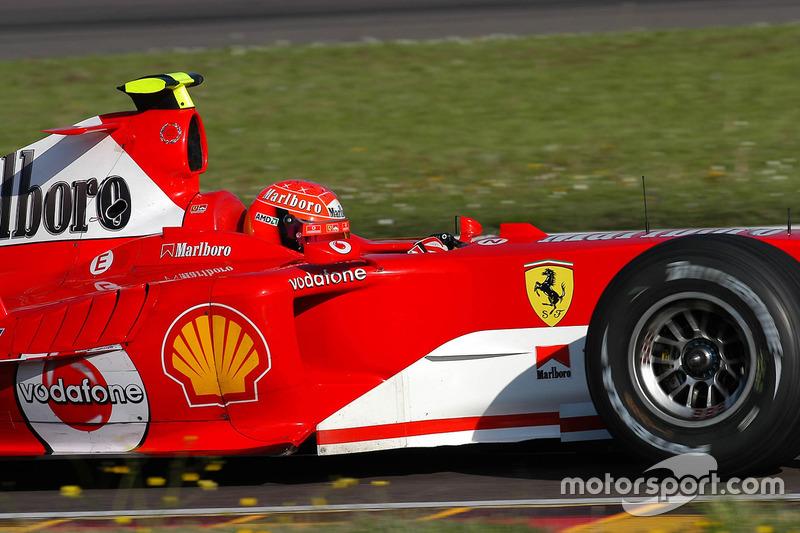 Valentino Rossi, conduce el Ferrari F2004, en lo que iba a ser una prueba secreta y lleva una casco de repuesto de Schumacher