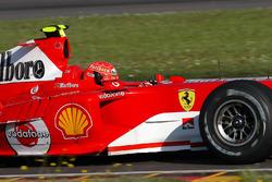 Valentino Rossi bestuurt de Ferrari F2004. En dat was een geheime test waarbij hij een van de reservehelmen van Michael Schumacher draagt