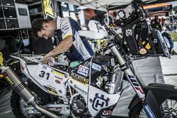 Mechanics of #31 Husqvarna Factory Racing: Pela Renet