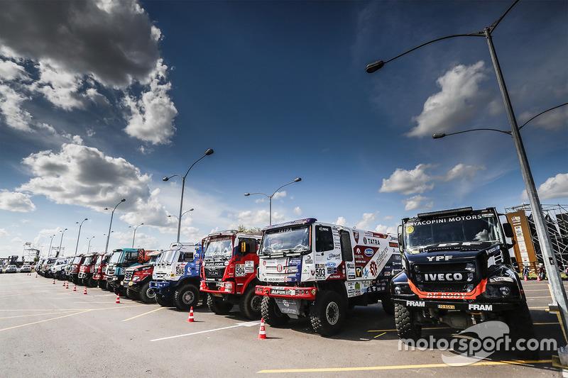 Вантажівки готові до стартової церемонії