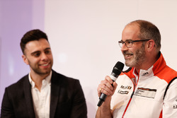 Dino Zamparelli e il coordinatore Porsche Cup James MacNaughton sul palco di Autosport